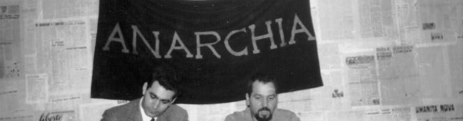 Cesare Vurchio ritratto insieme al compagno e amico Pino Pinelli durante una conferenza al circolo Anarchico Ponte della Ghisolfa