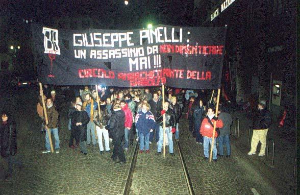 """15-12-2015 striscione anni 80 del circolo Anarchico Ponte della Ghisolfa """"Giuseppe Pinelli: un assassinio da non dimenticare MAI !!!"""""""